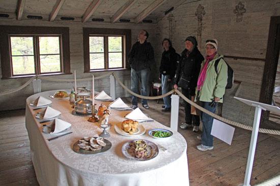 Bordet är dukat i Cajsa Wargs utställning på vindsvåningen med vackra takmålningar.