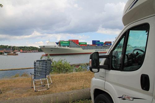Första parkett vid Kielkanalen sommaren 2010 för att se alla stora båtar gå in i slussen.