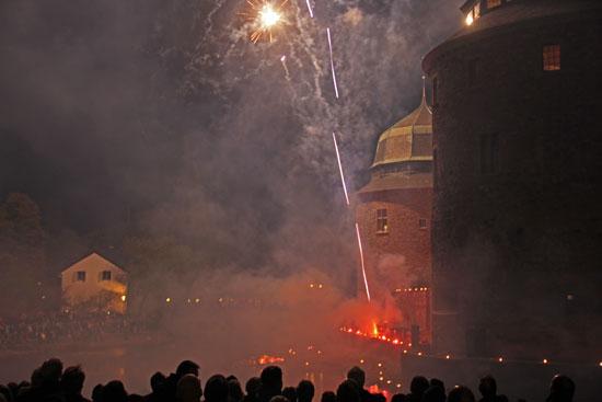 Många Örebroare trotsade den kyliga kvällen för att få se Slottsfyrverkerit.