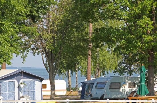 Fiskeboda camping ligger vackert på en udde med hänförande utsikt över Hjälmaren.