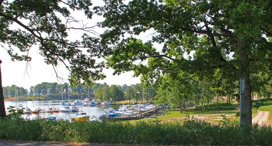 Fiskeboda småbåtshamn ligger granne med campingen.