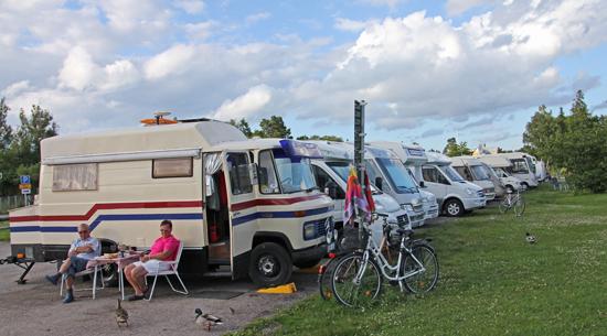 Totalt 17 bilar njuter av husbilslivet på Midsommaraftonen i Trosa.