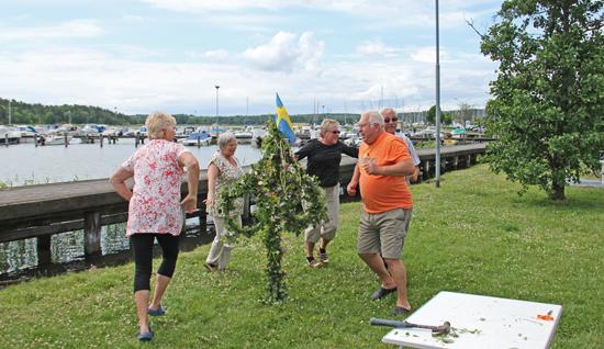 När Midsommarstången är på plats vid denna Sverigeresa, utbryter en spontan dans.