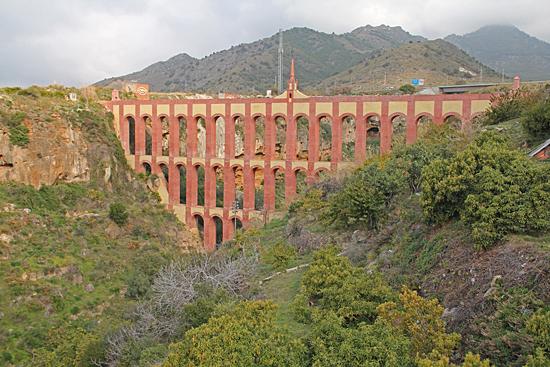 På väg ut från Nerja passerade vi den vackra akvedukten Acueducto del Aguila som byggdes för att leda vatten till sockerfabriken San Joaquín i den närliggande lilla orten Maro.