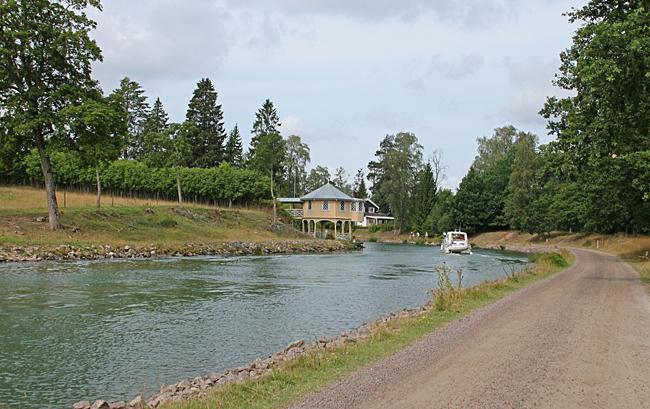 Bakom den här kröken av Göta kanal närmar sig Borensberg.