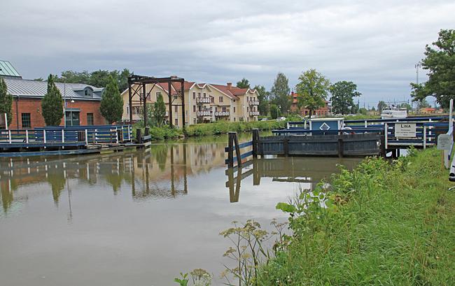 Färjan Lina korsar Göta kanal.