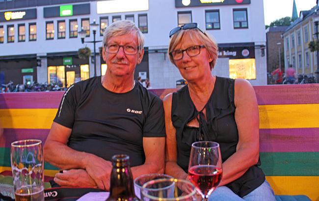 Ingegärd och Jan tar en öl på stan i Linköping.
