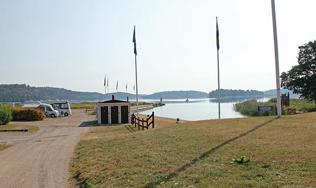 Ställplatsen i Mem är belägen direkt vid inloppet från Östersjön.