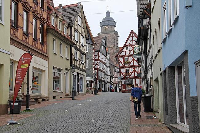Innanför murarna i Homberg/Efze finns en ståtlig kyrka och många fina i korsvirkeshus.