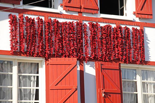 Chilipeppar hänger på tork