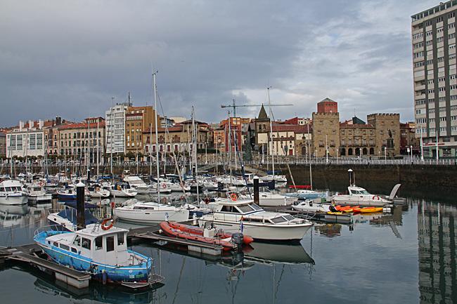 I Gijón ligger småbåtshamnen direkt vid centrum.