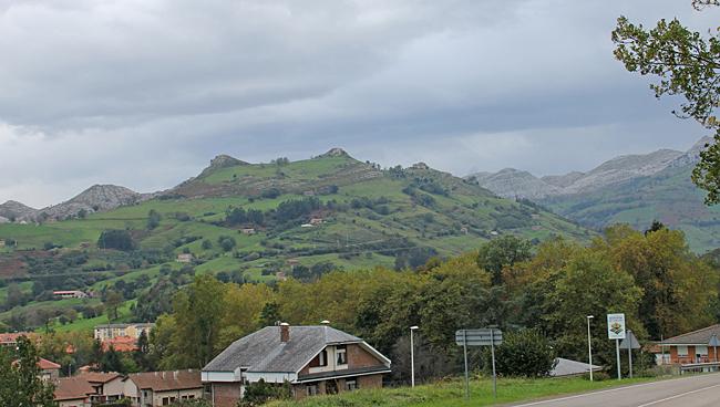 Liérganes ligger vid foten av två små berg Marimón och Cotillamón i folkmun kallade för Liérganes bröst.