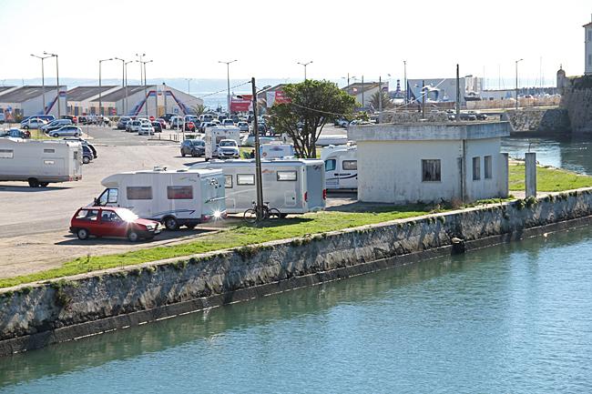 En av flera parkeringar ligger nära brandstationen.