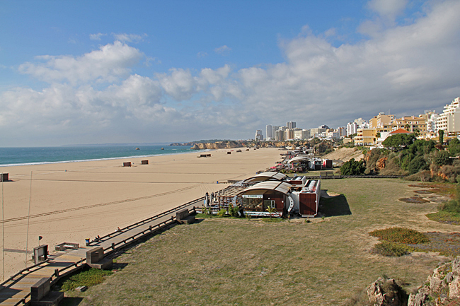 Här ligger den härliga stranden Praia do Rocha helt öde idag.