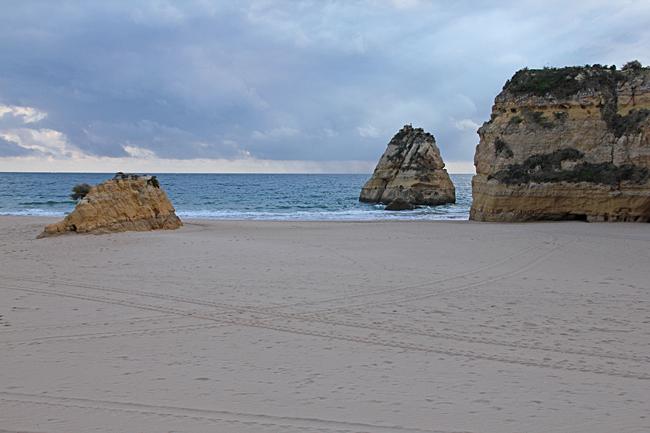 Klippan delar stranden i två delar.