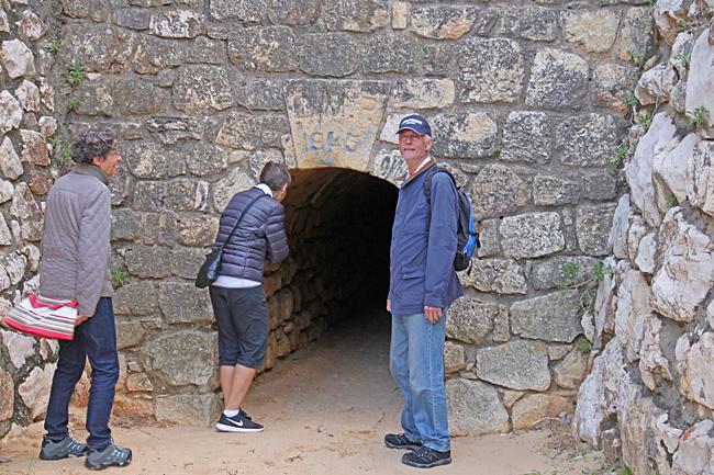 En liten låg tunnel förbinder stränderna med varandra.