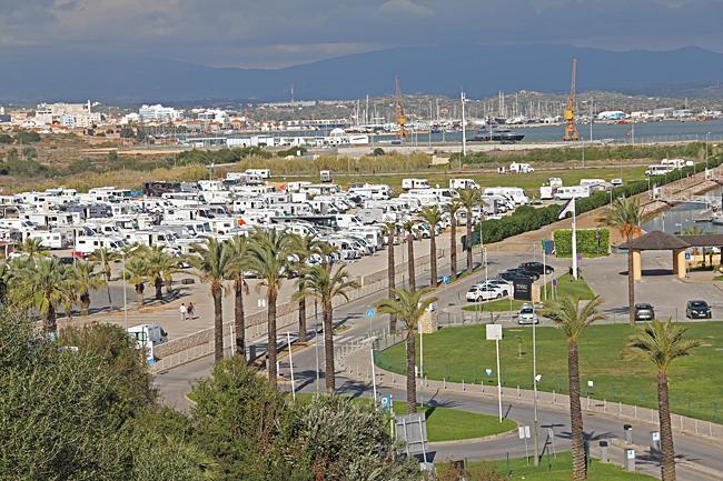 Ställplatsen vid Praia do Rocha rymmer många husbilar.