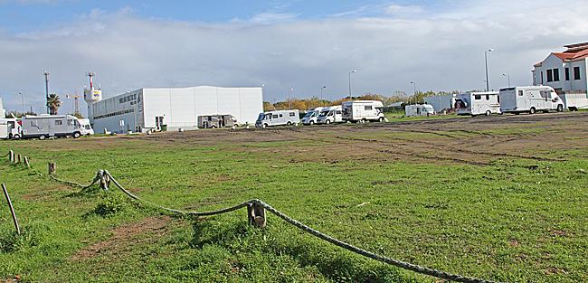 Ställplatsen i Porto Covo är en stor plan med delvis gräs och centralt läge. Tyvärr blir här ganska lerigt vid regn. I all synnerhet vid infarten.