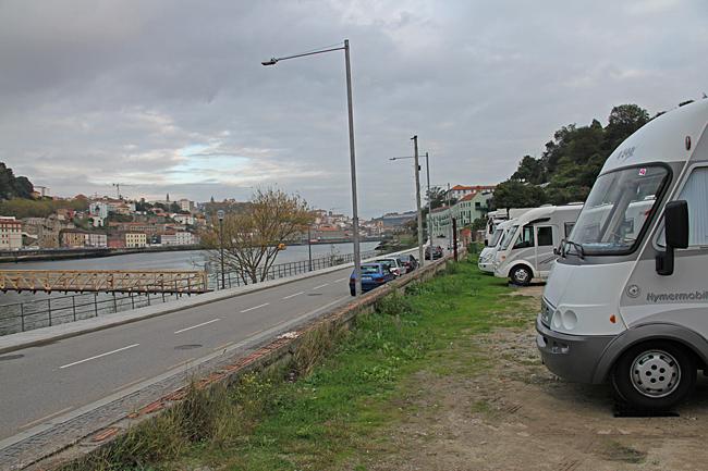 Parkering med utsikt över floden och staden på andra sidan.