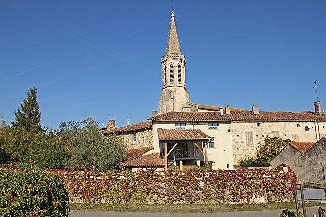 Husen i Sarran skapar en ringmur runt den centrala kyrkan.