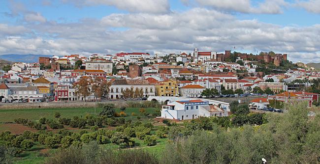 Stadsbilden i Silves domineras av den stora rödbruna borgen och katedralen