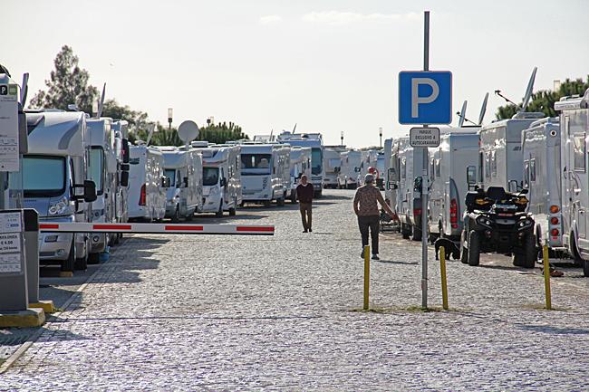 Ställplatsen i Mantarota där bilarna står i 4 långa rader. Priset är €4,50, El €2,50/12 tim. Det finns vatten och tömning. Ligger direkt vid stranden.