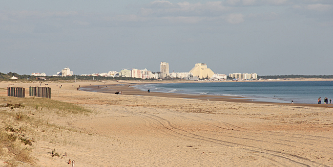 Stranden sedd mot Alagoa och i bakgrunden syns Monte Gordo.