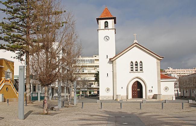 En liten fin kyrka.