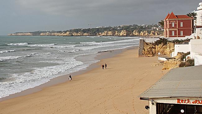 I Väster övergår sandstranden i klippor efter ett par km.