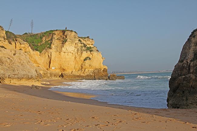 Mellan klipporna finns små mysiga badvikar och grottor.