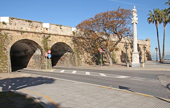 Porten in till gamla stadsdelen, från hamnen.