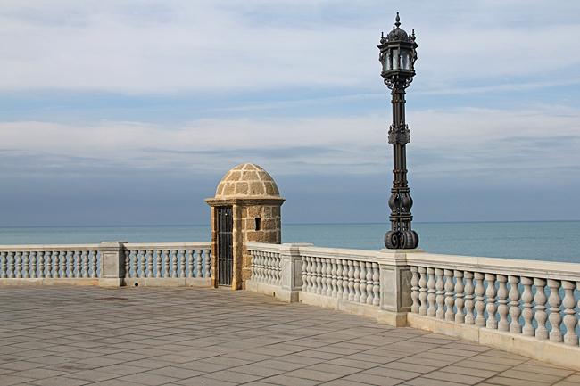 Ett av drygt 100 vakttorn från förr och en av alla de vackra lyktorna längs promenaden.