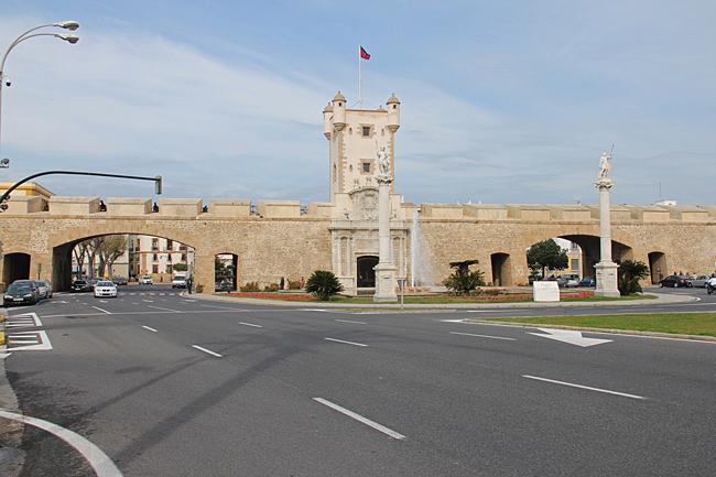 """Puerta de Tierra är det viktigaste monumenten i staden som idag skiljer, Gamla stan (populärt kallad """"Cadiz"""") och det moderna området (populärt kallad """"Puerta Tierra"""" eller """"utanför murarna"""")."""