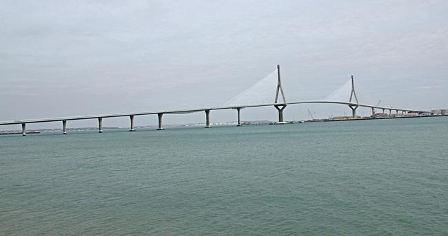 Den nya bron över Cadizbukten invigdes i september 2015 och har en seglingsfri höjd på 69 meter. Bron mäter 5.001 meter och förenar Cádiz med Puerto Real, varav 3.157 meter är över vatten.