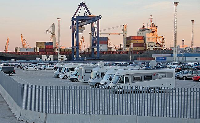 Vi står på en vanlig inhägnad parkering centralt i hamnen.