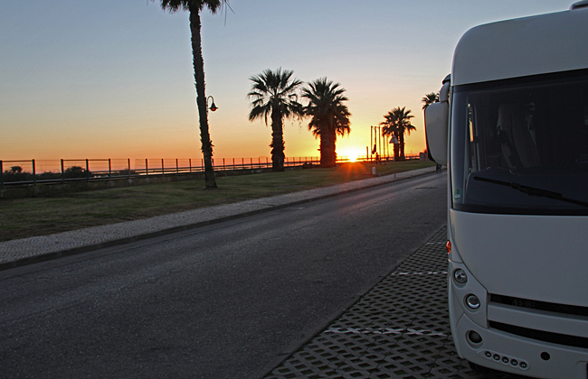 Parkeringsplatsen bjuder på vacker solnedgång.