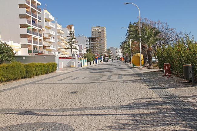 Huvudgatan som löper längs stranden är delvis fri från biltrafik.