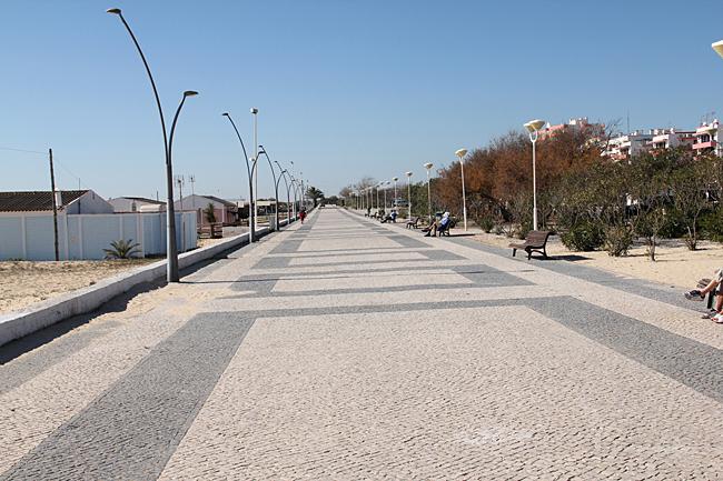 En liten bit av den breda fina strandpromenaden.