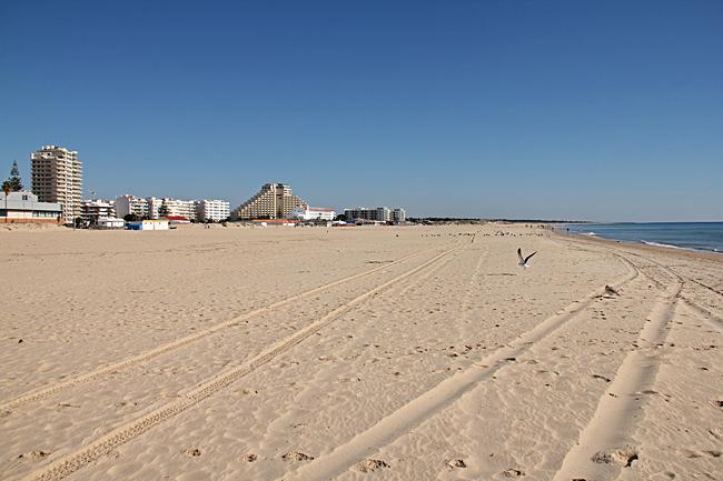 En bred härlig sandstrand ger gott om plats även under högsäsong.
