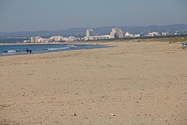 Monte Gordo sedd från udden utanför Vila Real de Santo António. Det går att gå hela vägen längs stranden.