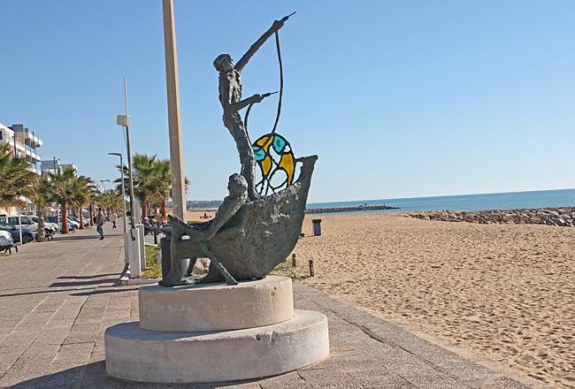 På vägen dit passerade vi denna staty på strandpromenaden i Quarteira