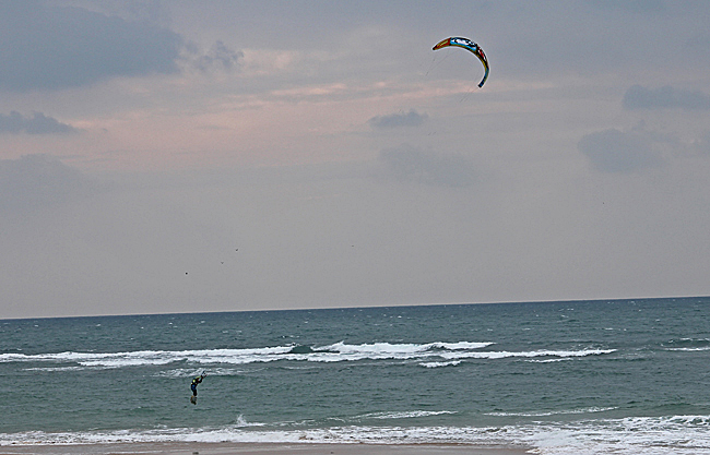 För att vara på Atlantkusten är Rota en bra plats för vindsurfare. Här en Kitesurfare i ett hopp.