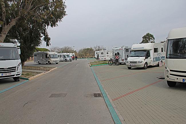 En vanlig strandparkering, men här finns en servicepunkt för husbilar med vatten och tömning. Koordinater N36°38.314' W006°23.495'