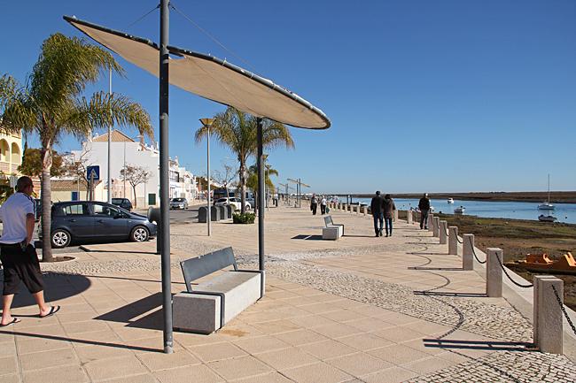 Sittplatserna längs strandpromenaden i Santa Luzia har skuggande tak.