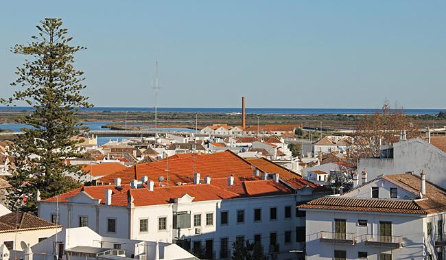 Naturområdet Ria Formosa kan ses på långt håll från borgen i Tavira.