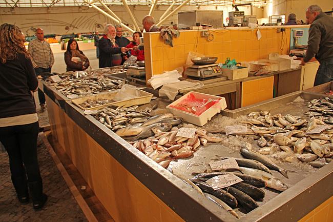 Vi besökte saluhallen strax före stängning. Undrar vart de gör av all fisk som inte blir såld.