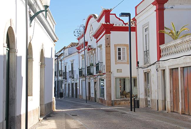 Många vackra hus uppenbarar sig längs de smala gatorna.