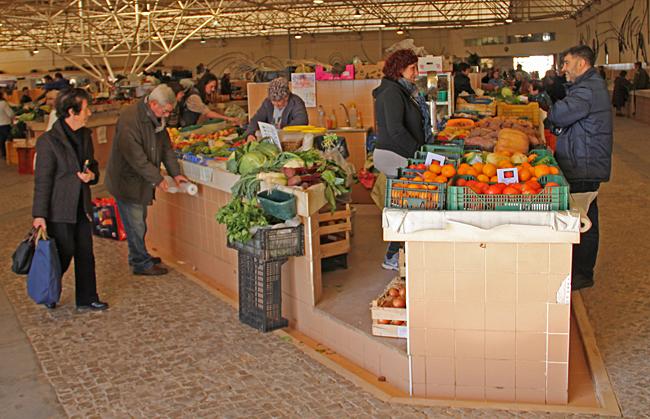 Mycket frukt och grönt som saluförs här.