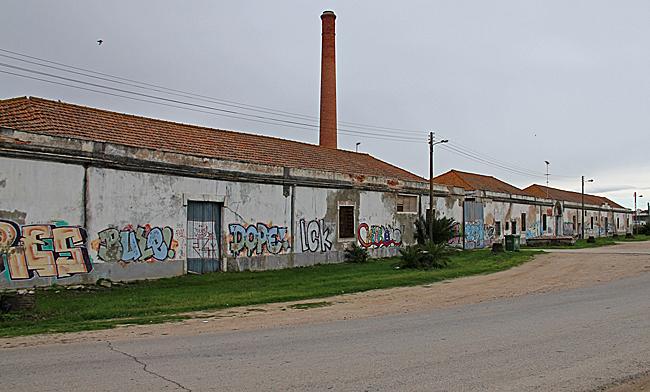 I början på vägen ut till flodmynningen finns denna gamla förfallna fabrikslänga.