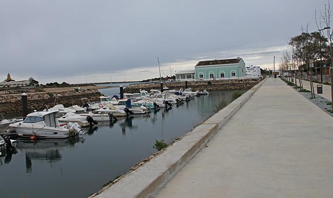Nästan framme finns en liten småbåtshamn.